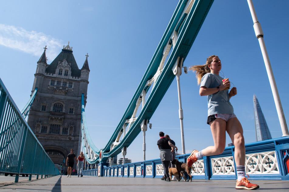 Eine Joggerin überquert die Tower Bridge in London auf der Strecke des London-Marathons, welcher aufgrund der Corona-Pandemie verschoben wurde.