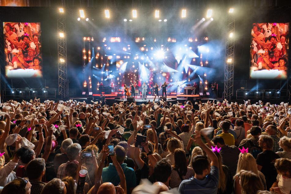 """Schlagersänger Roland Kaiser steht beim Auftaktkonzert der """"Kaiser Mania 2019"""" bei den Filmnächten am Elbufer auf der Bühne und singt. Kommunen fordern ein rasches Konzept für Großveranstaltungen."""