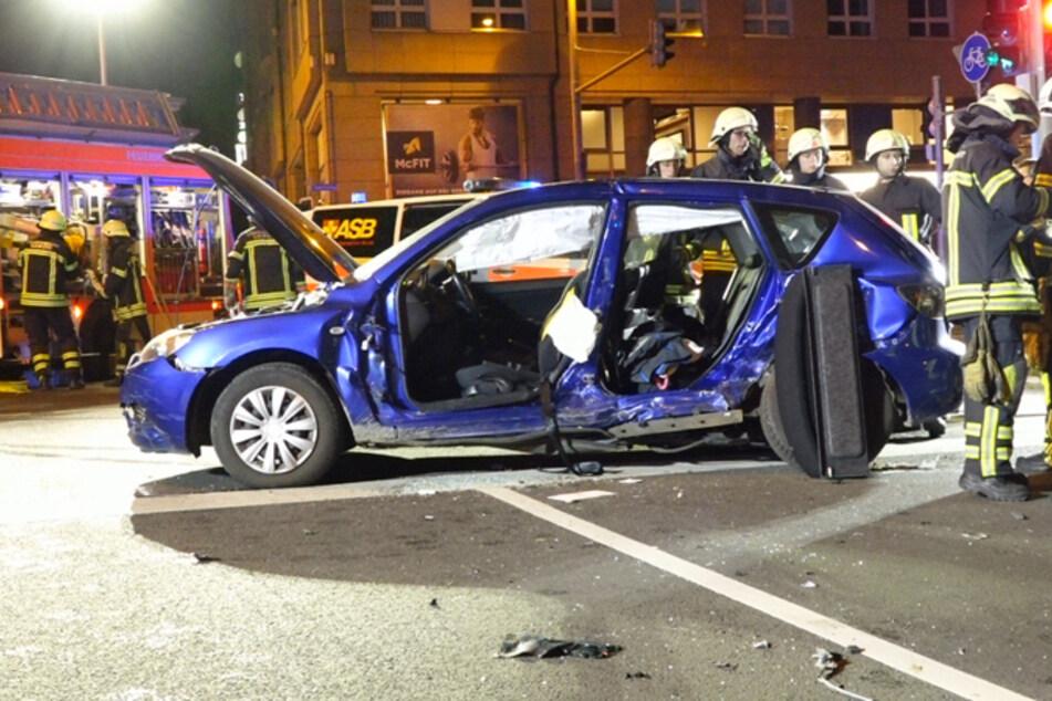 Die Fahrerin (44) dieses Kleinwagens wurde eingeklemmt und schwer verletzt.