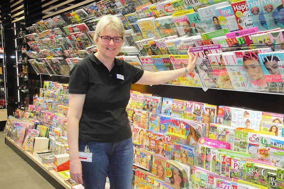 """Darf weiter Kunden empfangen: Verkäuferin Birgit Burkhardt (56) aus dem Presse- und Tabakladen """"Barbarino""""."""