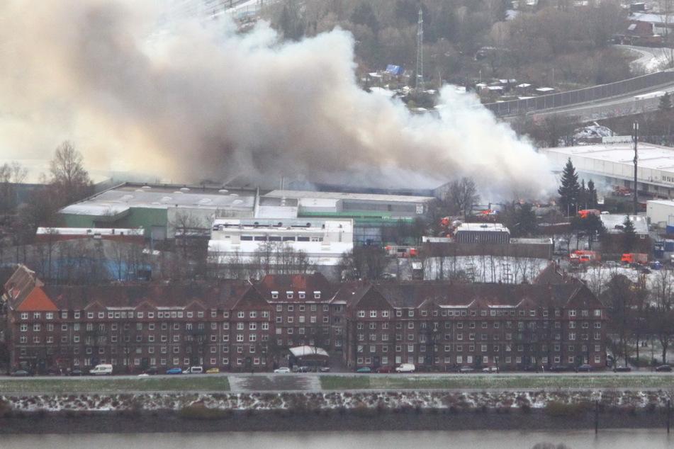 Hamburg: Dichte Rauchschwaden über Hamburg: Feuerwehr warnt Bevölkerung