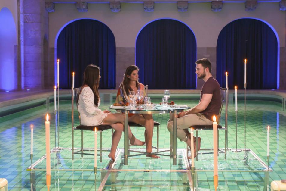 Der Bachelor (30, r.) hat Nadine (24, l.) und Michèle (27) zu einem Date in einem Spa eingeladen.