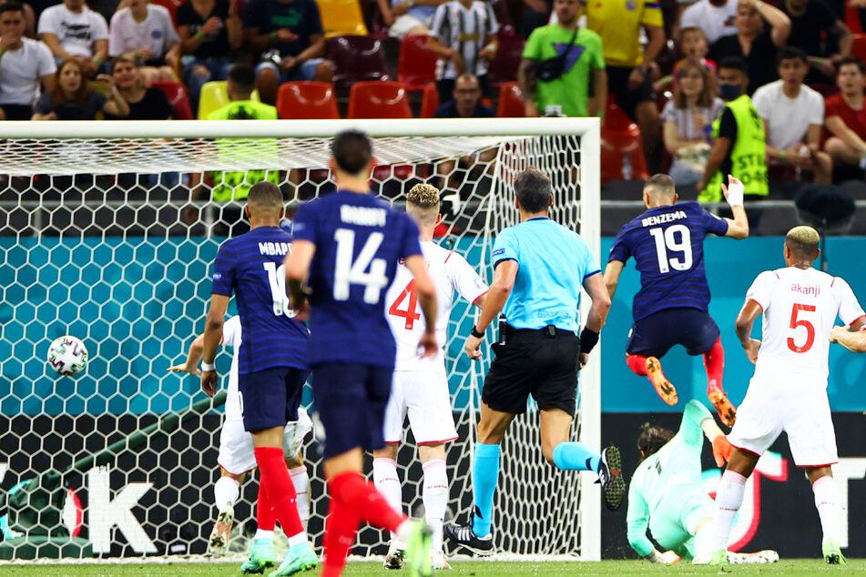 Karim Benzema (3.v.r.) überlupft Yann Sommer (2.v.r.) und trifft zum 1:1 für Frankreich.
