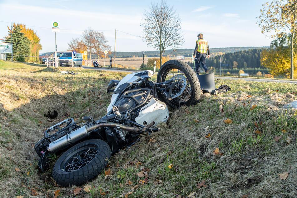 Der Biker wurde bei dem Crash verletzt und kam ins Krankenhaus.