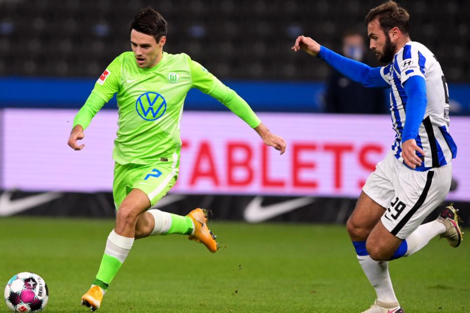 VfL-Flügelspieler Josip Brekalo (l.) wird von Herthas Sechser Lucas Tousart angegriffen.