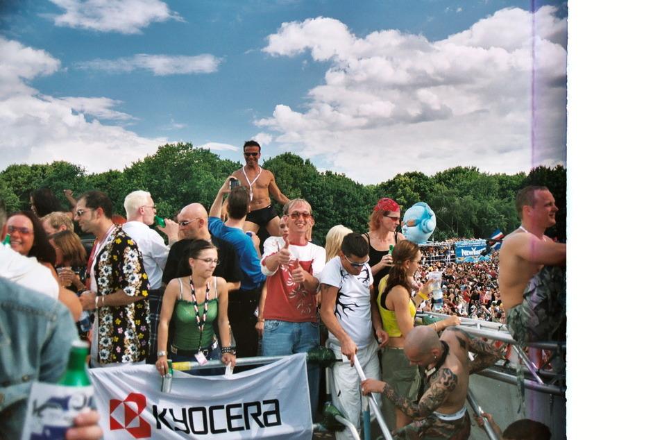 """Der """"Achtermai"""" tanzt auf der """"Loveparade"""", 2003. Im rot-weißen T-Shirt: Club-Leiter Jörg Vieweg."""