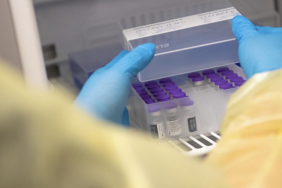 Ampullen des Impfstoffs von Biontech/Pfizer gegen das Coronavirus stehen in einem Impfzentrum in einem speziellen Kühlschrank.
