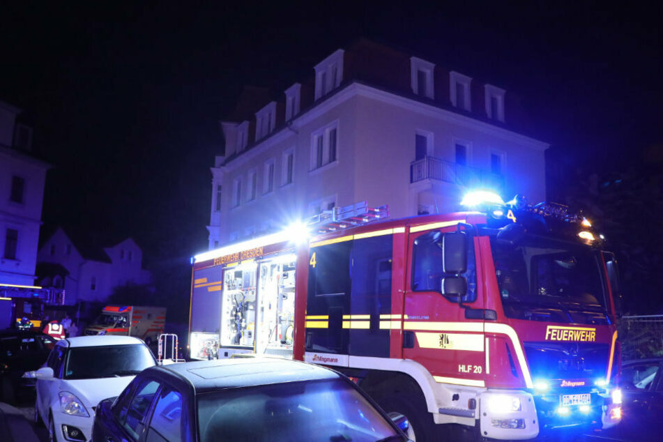 Das Feuerwehrauto steht bei seinem nächtlichen Einsatz in der Eichendorffstraße in Dresden-Löbtau.