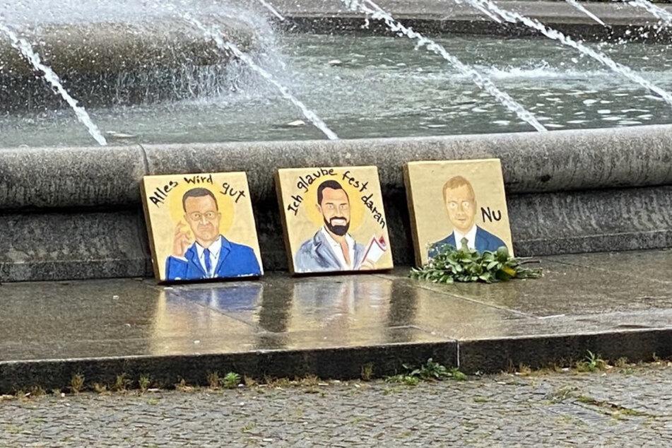 Da stehen die Porträts von Spahn, Funke und Kretschmer noch am Brunnen am Albertplatz.