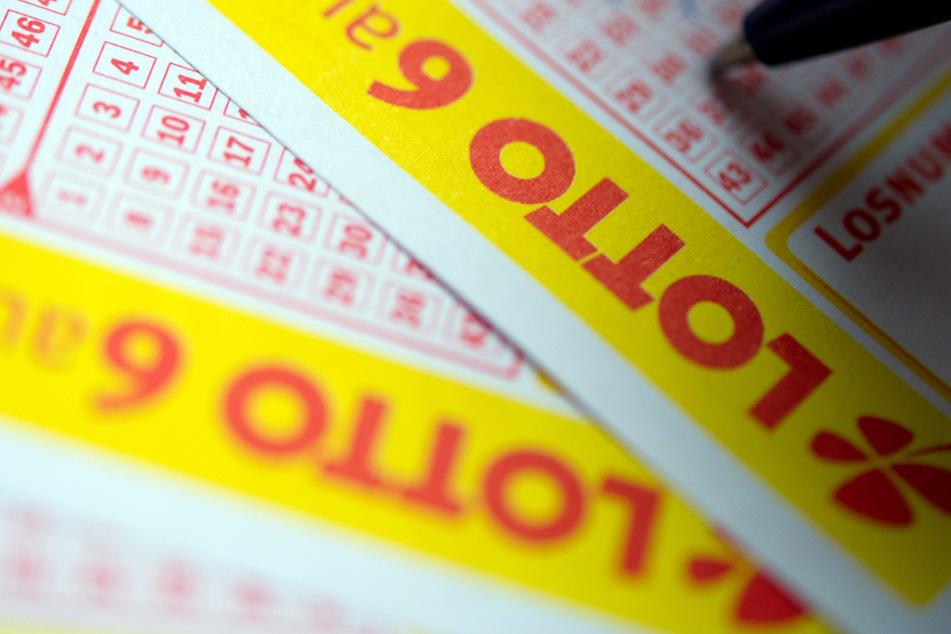 Die Frau trug den Lottoschein mehrere Wochen mit sich rum, ohne von ihrem Gewinn zu wissen (Symbolfoto).