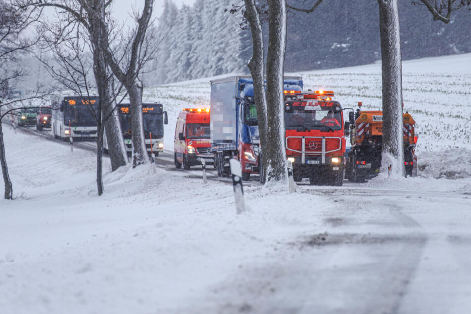 Winter-Chaos auch im Erzgebirge: Laster bleibt stecken!