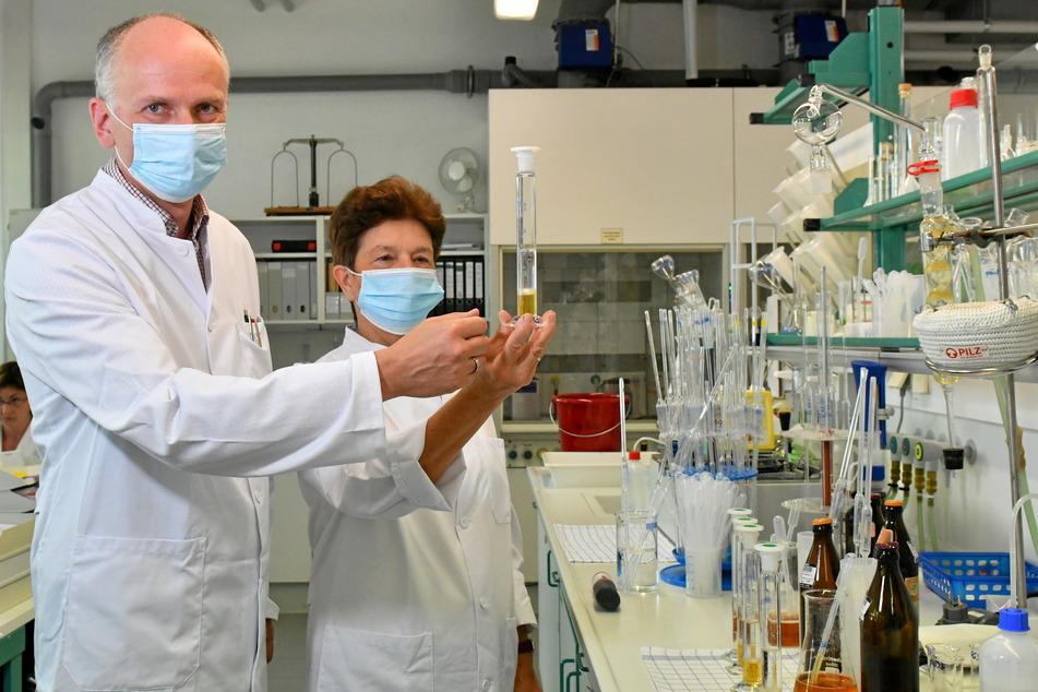Im Glas sieht Bier weit appetitlicher aus. Tobias Haufe (52), stellvertretender Fachgebietsleiter Getränke, und Präsidentin Gerlinde Schneider (65) mit einer Bierprobe, die im Labor auf Bitterstoffe untersucht wird.