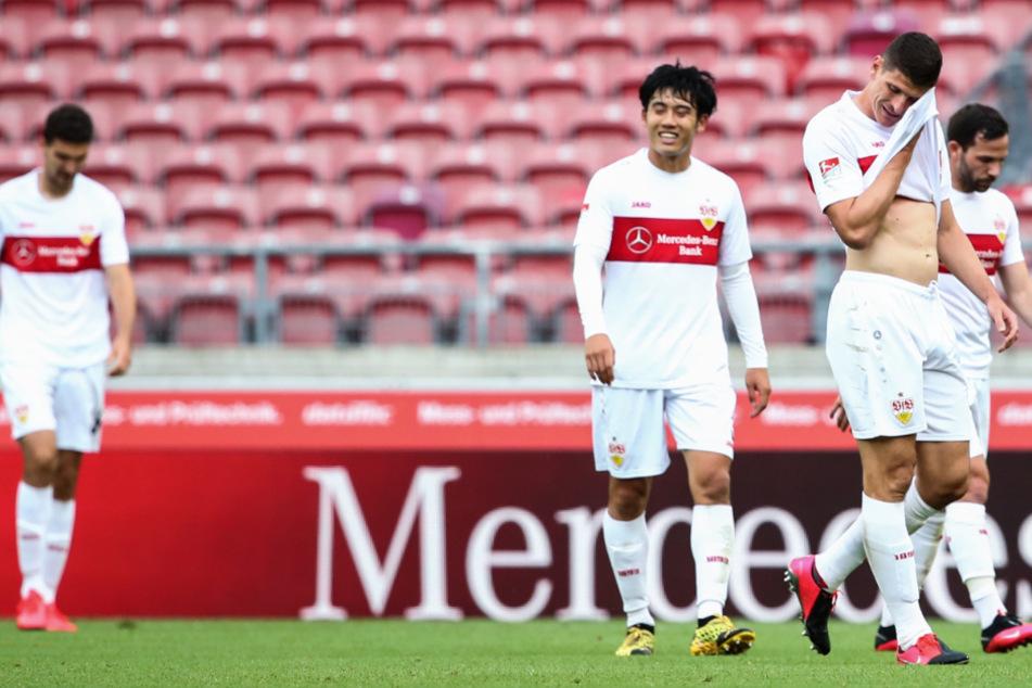 Stuttgarts (r-l) Gonzalo Castro (33), Mario Gomez (34) und Wataru Endo (27) gehen über das Spielfeld nach dem 0:0 gegen Osnabrück.