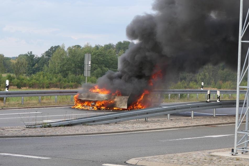 Das Auto ist komplett ausgebrannt.