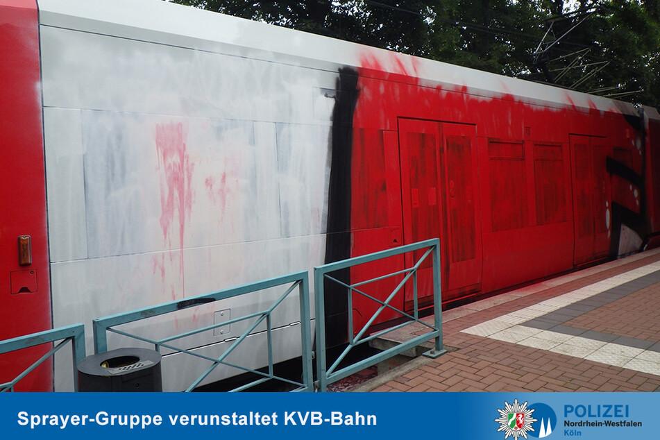 Die Straßenbahn ist auf über 20 Metern mit weißer und roter Farbe bedeckt.