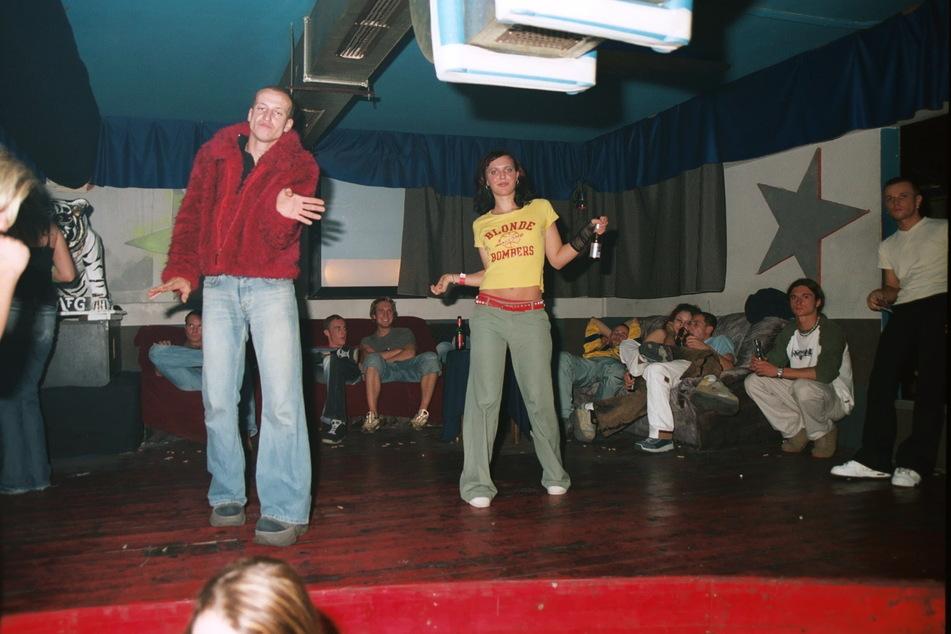 """Verrückte Outfits, stundenlanges Tanzen: So sah ein typischer """"Achtermai""""-Rave aus."""
