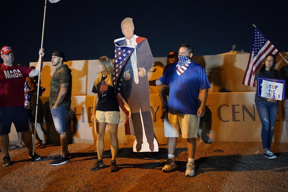 Anhänger von US-Präsident Trump protestieren gegen die Abstimmung im Bundesstaat Nevada vor dem Clark County Election Department.