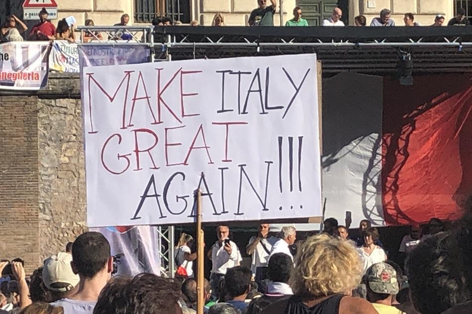 Teilnehmer einer Demonstration gegen die staatliche Corona-Politik haben sich in Rom auf der Piazza Bocca della Verita versammelt.