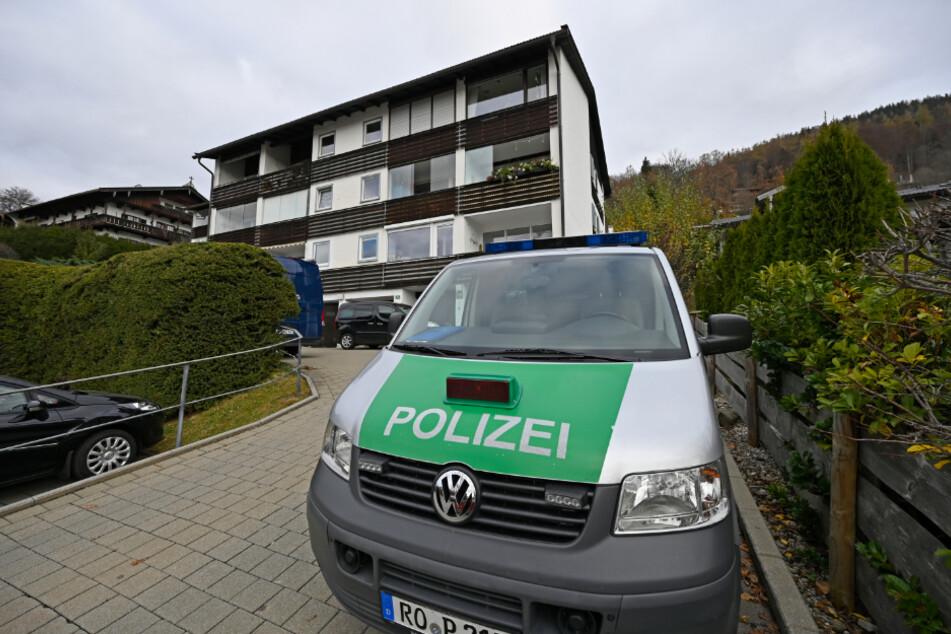 Ein Polizeiwagen steht am Tag nach der Tat vor dem Mehrfamilienhaus in Tegernsee.