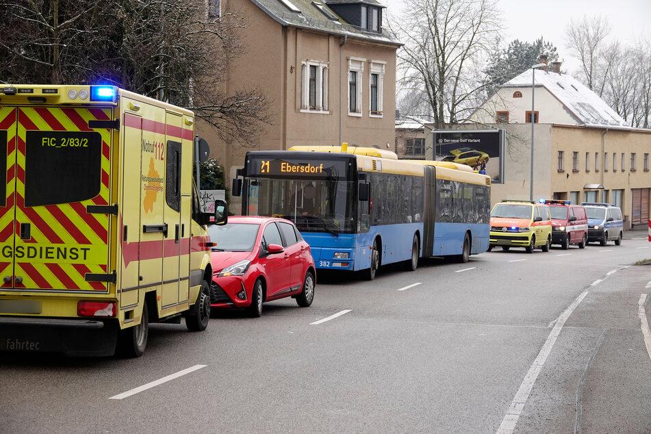 Auf der Frankenberger Straße in Chemnitz krachte am Donnerstag ein CVAG-Bus mit einem Toyota zusammen. Zwei Personen wurden verletzt.