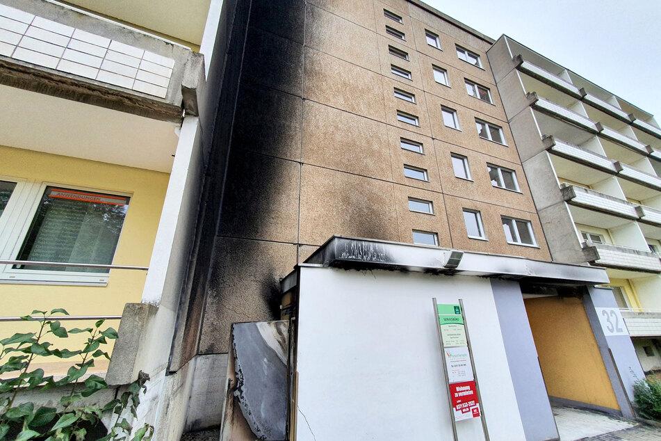 Ein Teil der Hauswand ist völlig verkohlt! In der Johannes-Dick-Straße in Chemnitz ging am Samstagabend ein Container in Flammen auf - eventuell durch Brandstiftung.