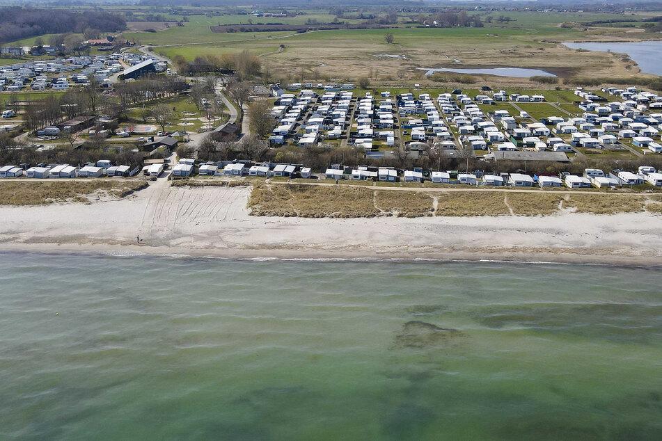 """Der Campingplatz Damp Ostseecamping in Schleswig-Holstein. Als Teilnehmer am Tourismus-Modellprojekt """"Ostsee-Fjord-Schlei"""" darf das Resort ab dem 19. April 2021 wieder Besucher beherbergen."""