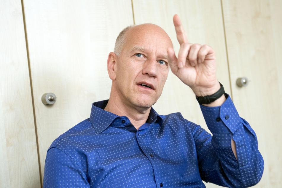 """Der Essener Virologe Ulf Dittmer hält diese Pläne für """"unverantwortlich""""."""