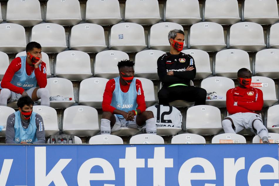 Die Ersatzspieler von Bayer 04 auf der Tribüne beim Auswärtsspiel gegen den SC Freiburg.