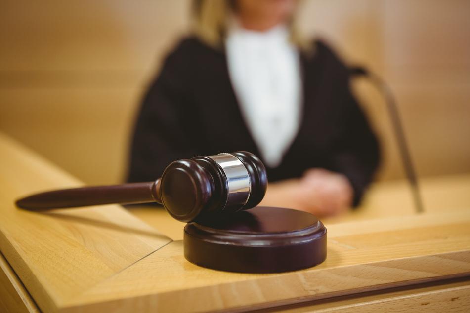 Das Oberverwaltungsgericht Münster muss über mehrere Eilanträge gegen die neue Coronaschutz-Verordnung entscheiden (Symbolbild).