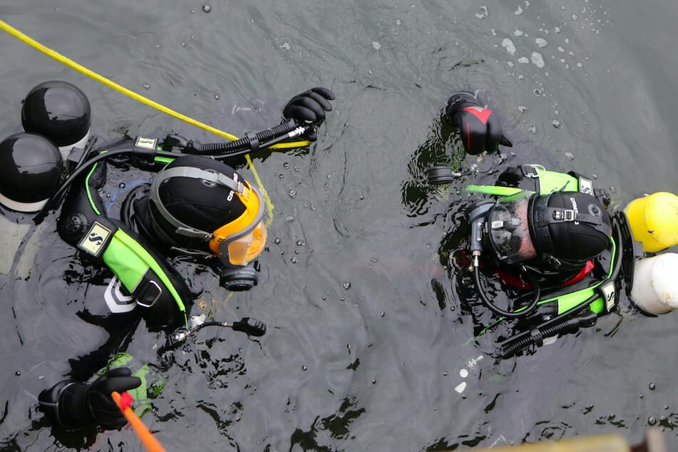 Taucher bargen den gesuchten Mann aus einem Flutkanal. (Symbolbild)