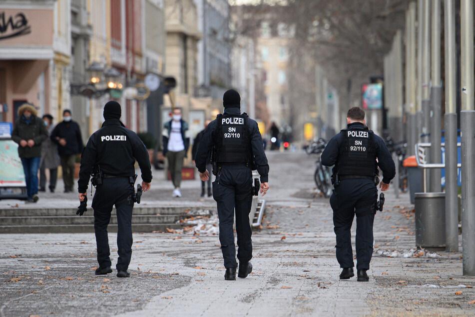 Polizisten kontrollieren in Dresden die Einhaltung der Corona-Schutzverordnung.