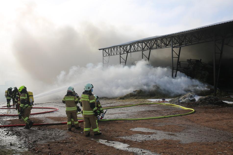 Großbrand in Strohlager: Anwohner sollen Türen und Fenster geschlossen halten