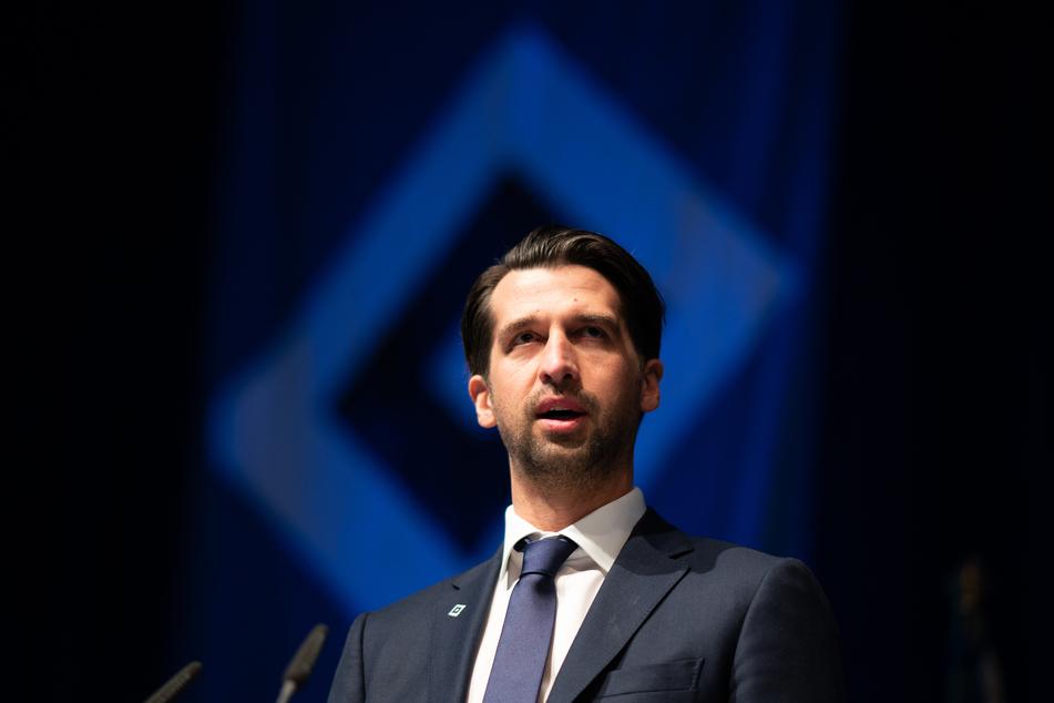 Jonas Boldt, Sportvorstand des Hamburger SV, spricht auf der Mitgliederversammlung des Fußball-Zweitligisten Hamburger SV.