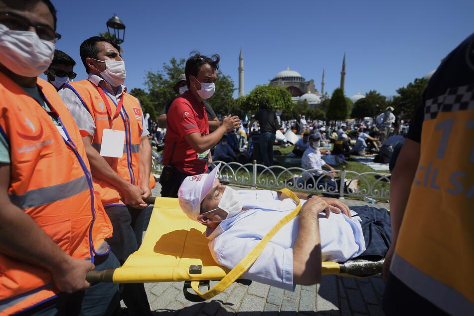 Sanitäter kümmern sich um einen Patienten in Istanbul.
