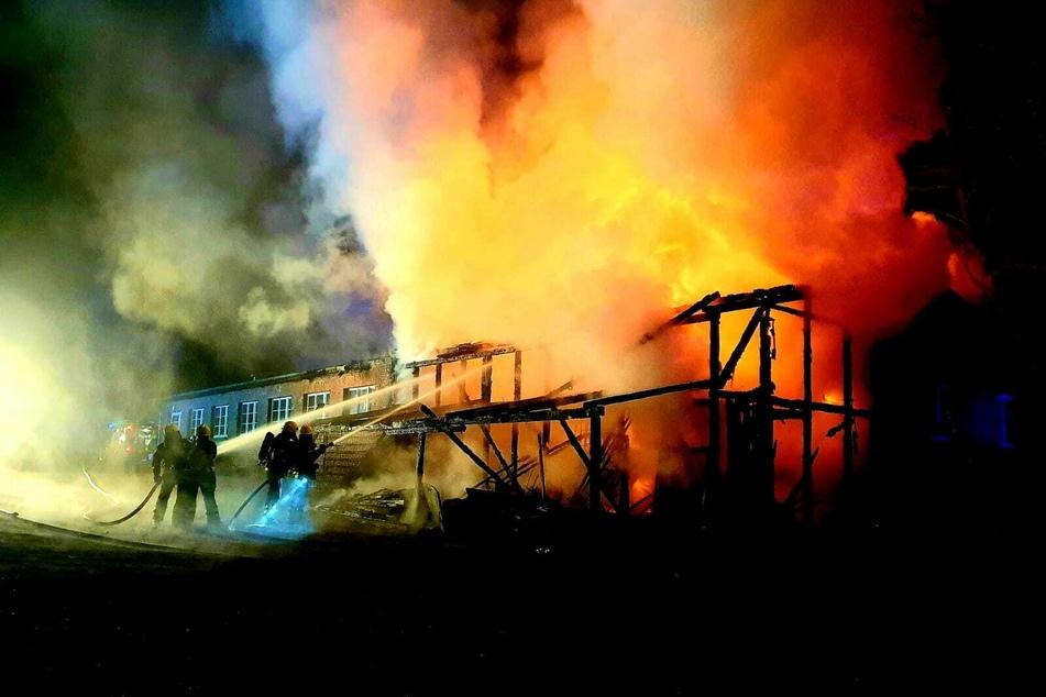 Brand zerstört Halle: Feuerwehr im Großeinsatz