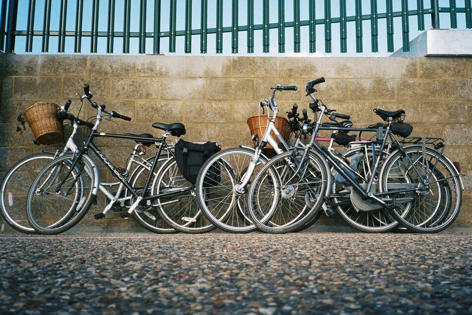 Fahrräder lehnen an einer Wand.