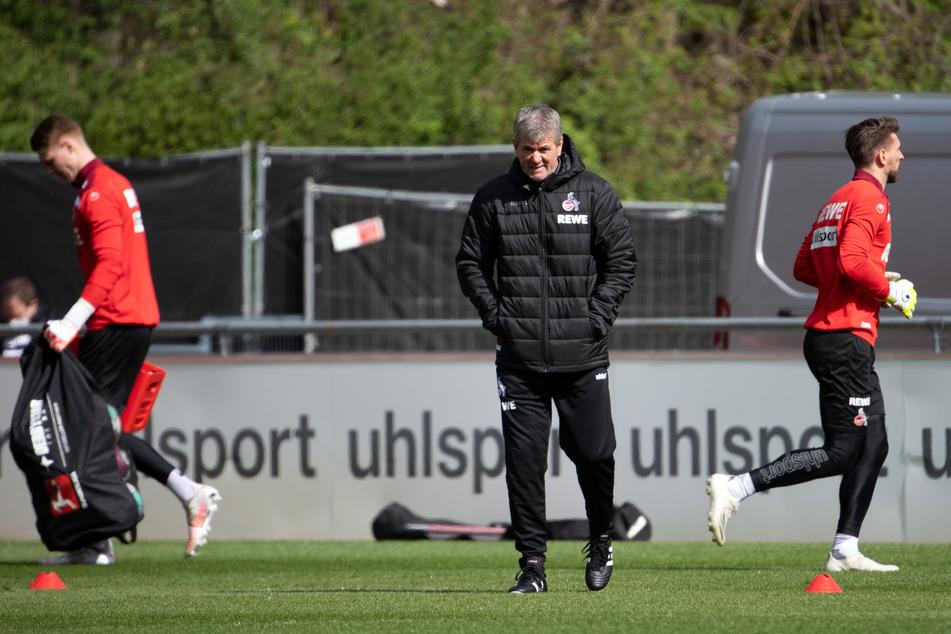 Mit einer langen Kabinenansprache begann der erste offizielle Arbeitstag von Freidhelm Funkel (67) beim 1. FC Köln. Danach ging es raus auf den Trainingsplatz.