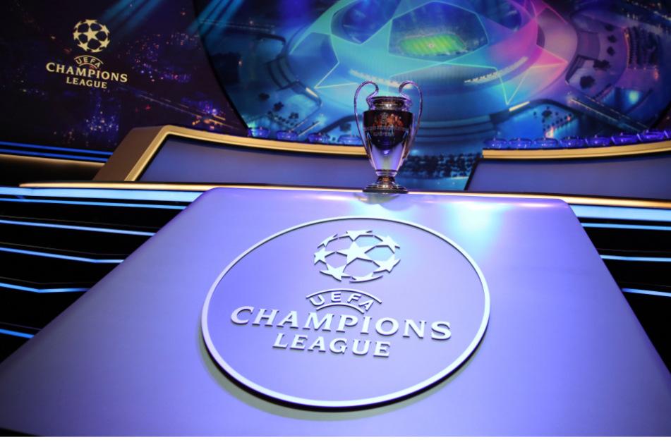 Der Champions-League-Pokal steht auf einem Podest vor der Auslosung (Archivbild).