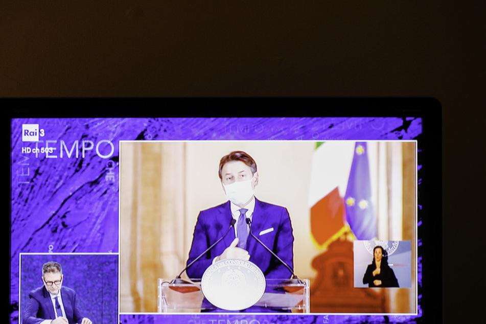 Auf einem Fernsehmonitor läuft eine Ansprache des italienischen Ministerpräsident Giuseppe Conte, der die Bewohner Roms auffordert Zuhause zu bleiben.