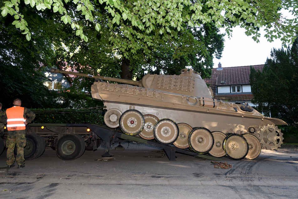 """Der """"Panther""""-Kampfpanzer wird zum Abtransport vorbereitet. (Archivbild)"""