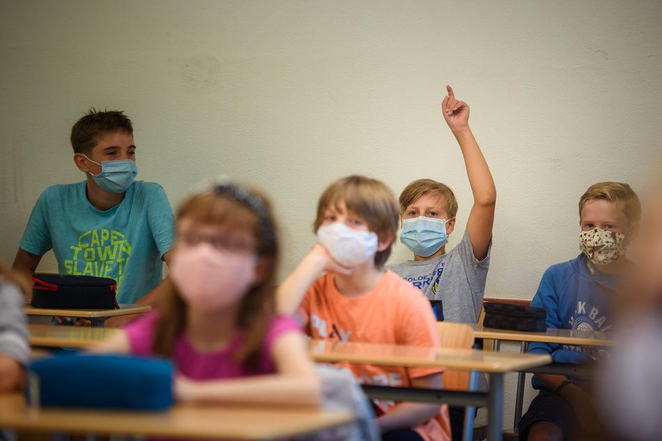Schulkinder müssen in Schleswig-Holstein künftig Masken tragen, allerdings nicht im Unterricht selbst, sondern nur auf dem Schuldgelände.