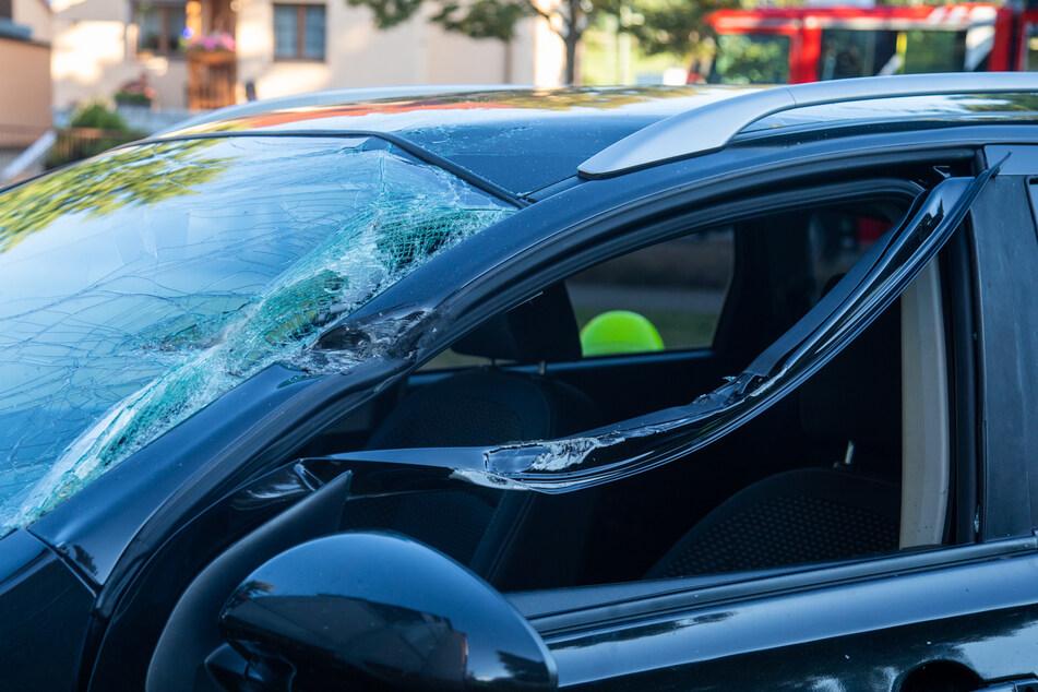 Auto kracht gegen Balkon, Feuerwehr befreit eingeklemmten Fahrer