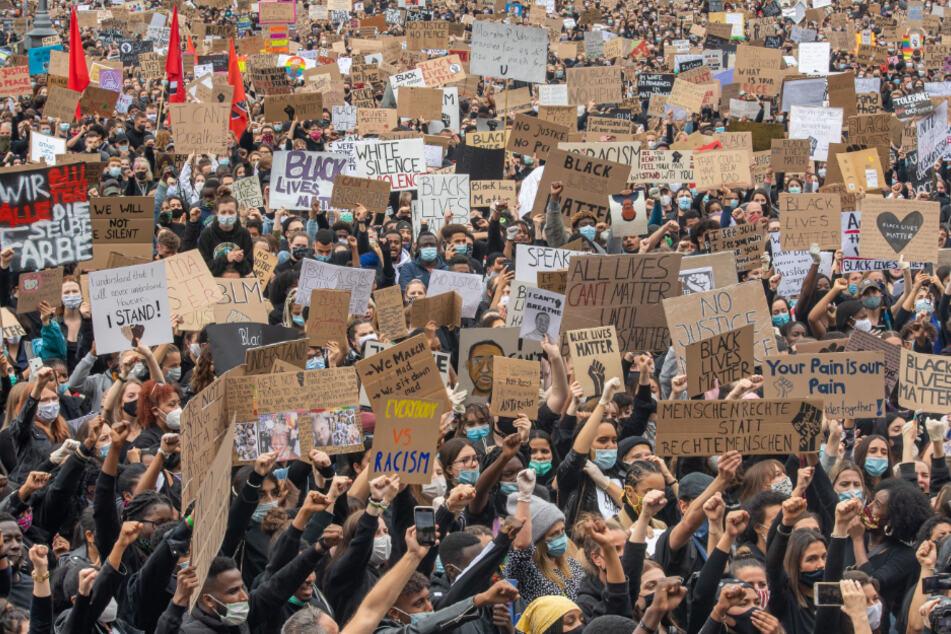 Mehrere tausend Menschen demonstrierten mit Plakaten auf dem Königsplatz in der bayerischen Landeshauptstadt.