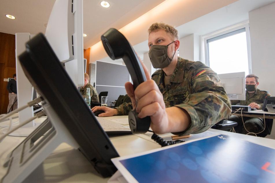 Soldaten der Bundeswehr helfen der Region Hannover bei der Nachverfolgung von Infektionsketten von dem Coronavirus. Die Gesundheitsämter in Niedersachsen arbeiten nach Angaben des Landkreistages an der Belastungsgrenze. Personelle Unterstützung wird dringend benötigt, um die Kontakte von Corona-Infizierten nachzuverfolgen.