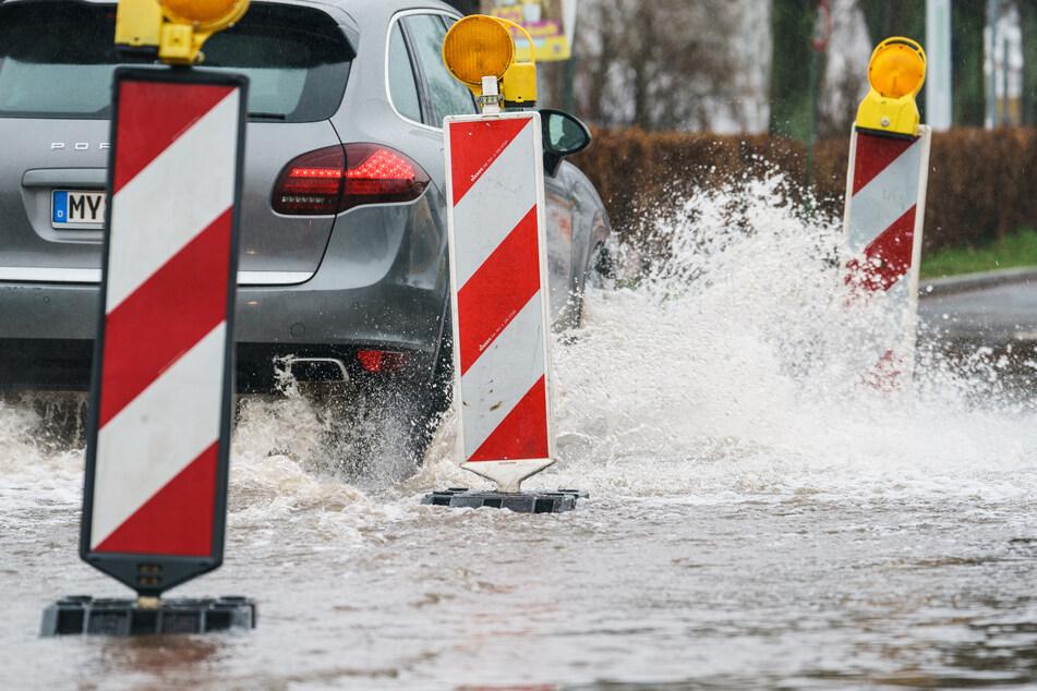 Heftiger Regen hat am Dienstagabend im Raum Aachen in kurzer Zeit Kanäle volllaufen lassen und Straßen überschwemmt. (Symbolfoto)