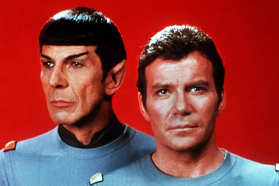 William Shatner (r.) in seiner Paraderolle des Captain Kirk. Hier mit Mr. Spock (Leonard Nimoy, †83).