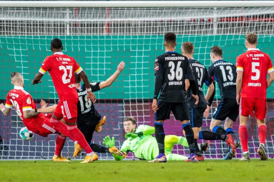 Paderborns Dennis Srbeny (3.v.l.) trifft zur 2:1 Führung, die die Gäste in der Folge nicht mehr abgaben.