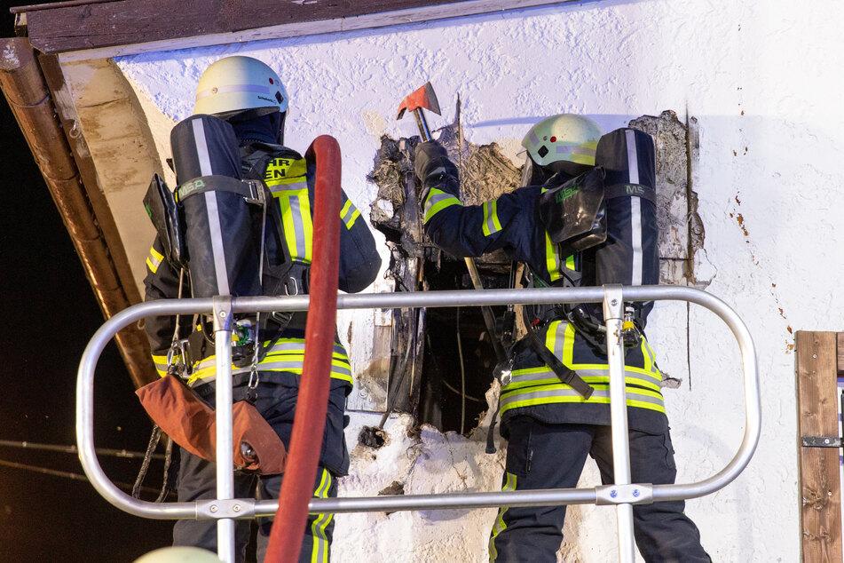 Die Feuerwehr musste die Wände öffnen um an das Feuer heranzukommen.
