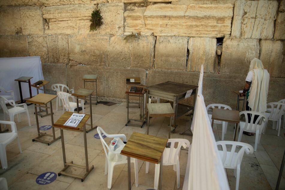 Ein Mann betet alleine an der Klagemauer in der Altstadt von Jerusalem. Seit dem 25. September gilt wegen stark gestiegener Corona-Neuinfektionen ein dreiwöchiger landesweiter Lockdown.