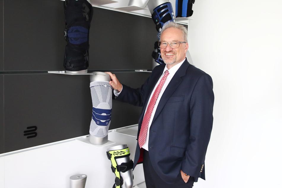 Rainer Berthan, Vorsitzender des Vorstandes der Bauerfeind AG steht in einem Produkteraum.